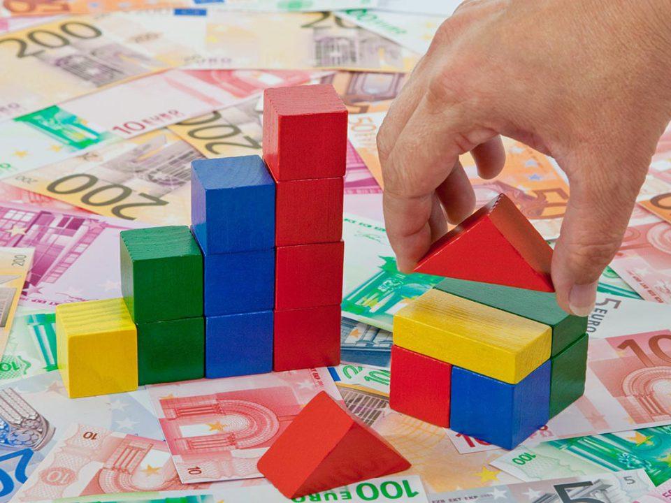 bunte Bausteine auf Geldscheinen