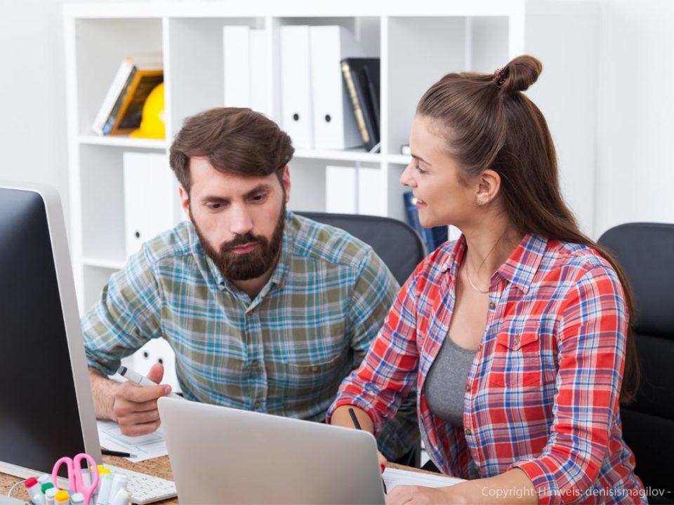 Mann und Frau vor Computer