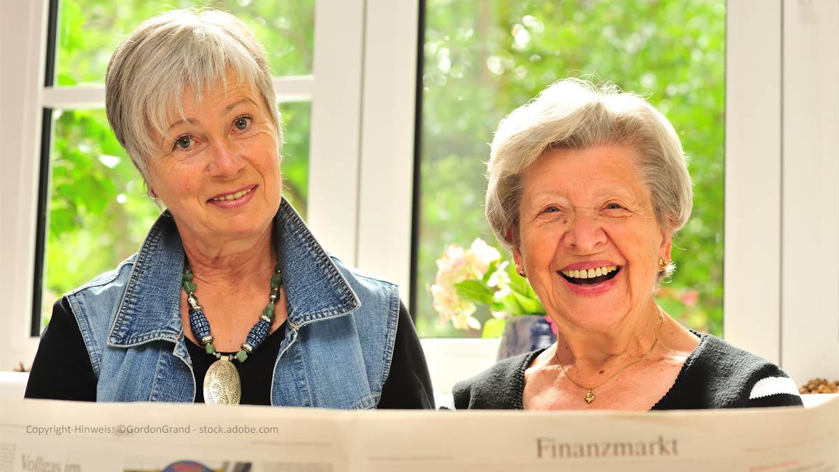Seniorinnen mit Kursblatt