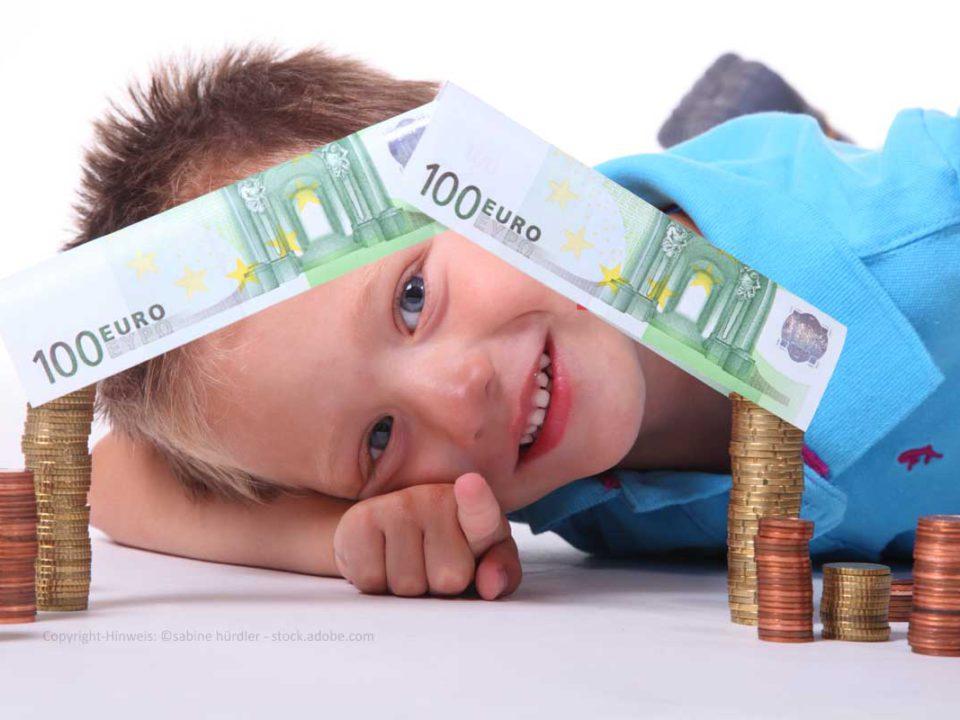 Junge mit Geldhaus